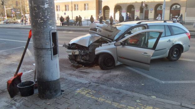 Wola: auto uderzyło w słup, jedna osoba ranna