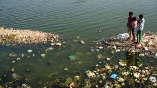 """Prawie trzy miliony ton śmieci trafiają z rzek do oceanów. Poznaj największe """"trucicielki"""""""
